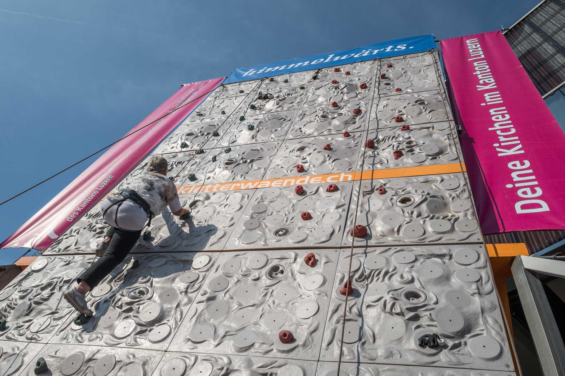 Die Kletterwand der Luzerner Landeskirchen an der LUGA 2016: eine acht Meter hohe Herausforderung, die mit Unterstützung aber gut zu meistern ist. | © 2016 Roberto Conciatori