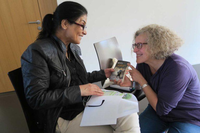 Referentin Véronique Schoeffel im Gespräch mit Minu, die persönlich erfahren hat, was Flucht und Integration bedeutet. | © 2017 Monika Fischer