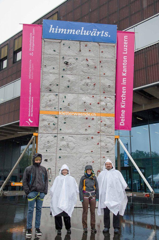 Das winterlich und regendicht verpackte Startteam am ersten Morgen: Bernadette Fries, Florian Flohr, Sam Christen und Andrea Lustenberger.