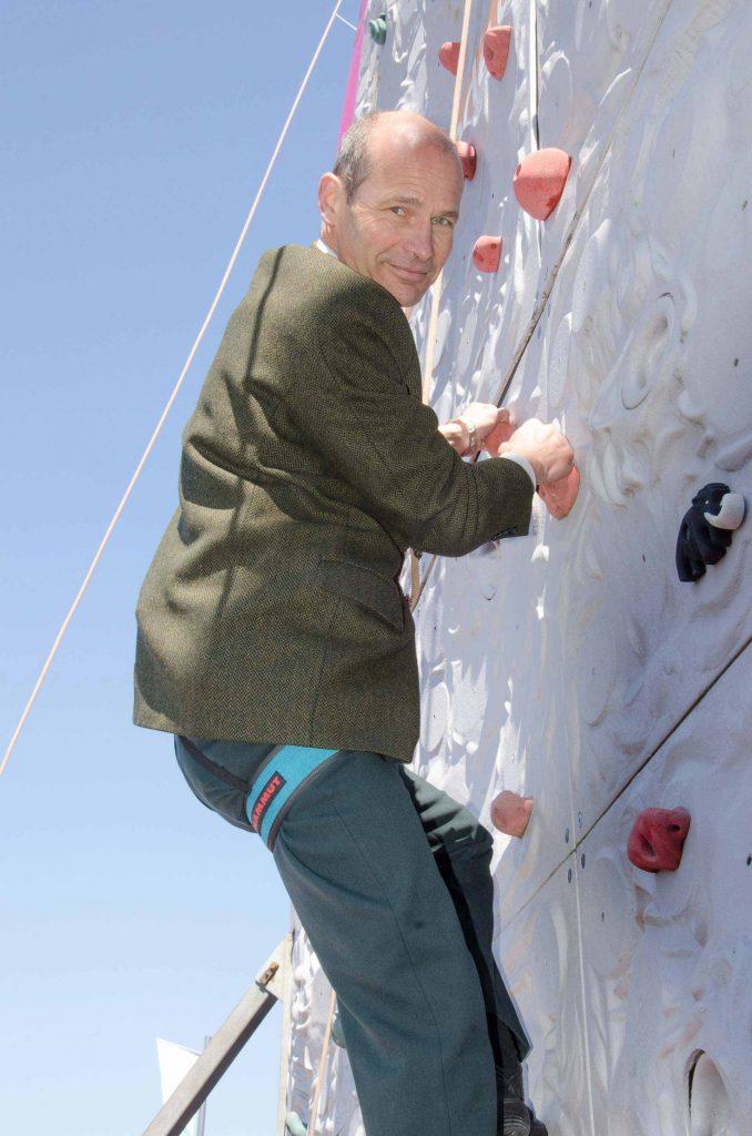 Am Behördentag der katholischen Landeskirche am Samstag, 29. April. Markus Odermatt, Präsident der Kirchgemeinde Udligenswil, klettert die Wand hoch.