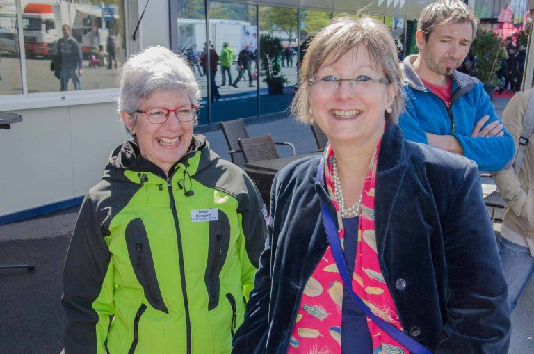 Am Behördentag der katholischen Landeskirche am Samstag, 29. April: Synodalratspräsidentin Renata Asal-Steger (rechts)  und Standbetreuerin Sonja Hermann.