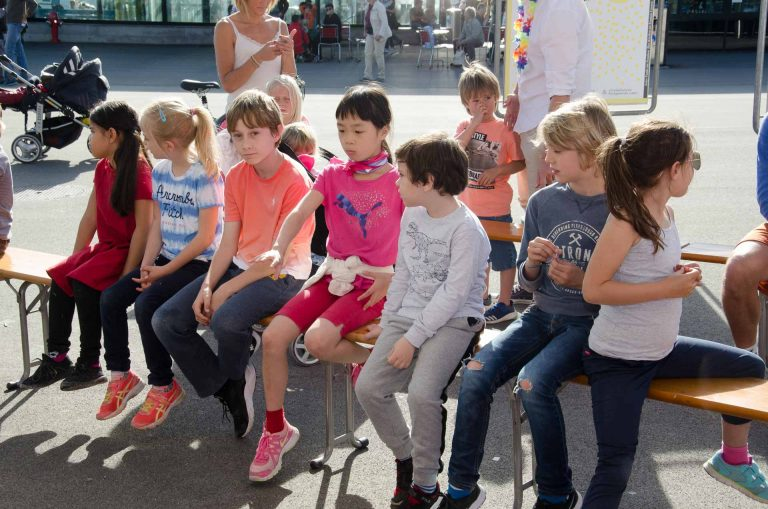 Schlange sitzen am ersten LUGA-Sonntag: Kinder warten darauf, bis sie die Wwnd erklettern können.