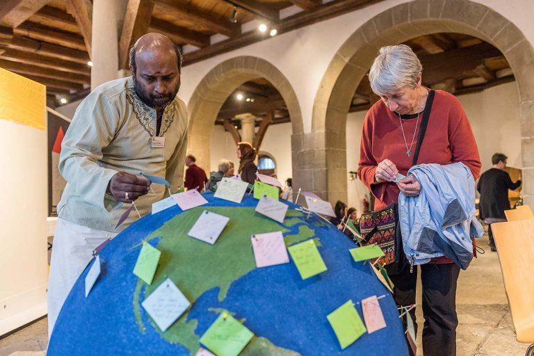 Viele Religionsgemeinschaften, eine Erde: die Besucherinnen und Besucher konnten in der Kornschütte auf Zettel schreiben, was sie damit verbinden. | © 2017 Roberto Conciatori