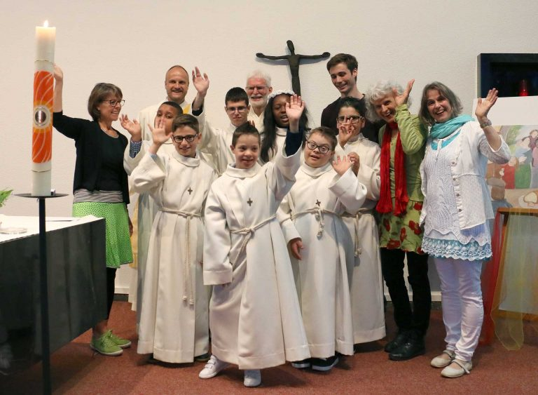 Die HPS-Kinder mit ihren Religionslehrerinnen, Behindertenseelsorger Bruno Hübscher und Priester Josef Moser.