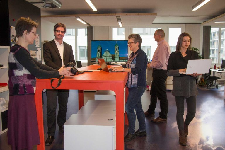 Die Mitarbeitenden im Newsroom des Katholischen Medienzentrums in Zürich (von links): Sylvia Stam, Charles Martig, Barbara Fleischmann, Martin Spilker, und Francesca Trento. | © 2017 kath.ch/Hans Merrouche