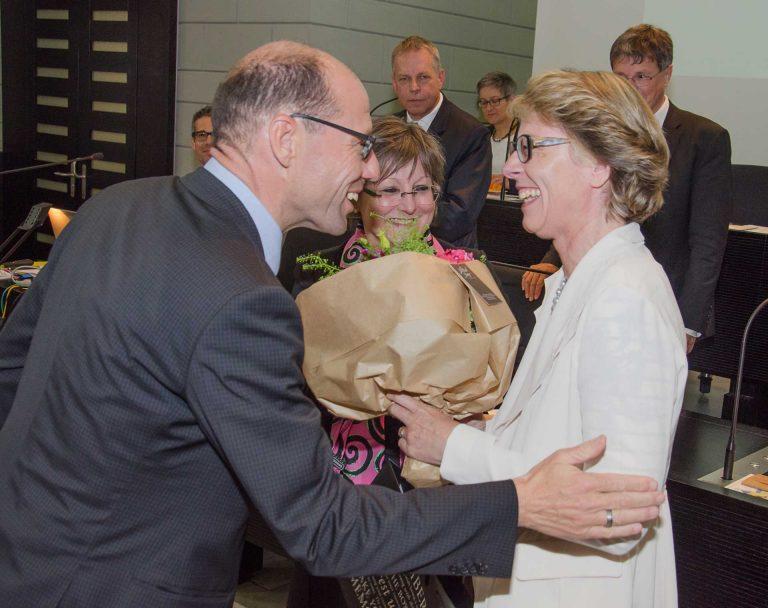 Synodalverwalter Edi Wigger gratuliert der neuen Synodalrätin Brigitte Glur-Schüpfer zur Wahl; in der Mitte Synodalrätin Renata Asal-Steger. | © 2017 Dominik Thali