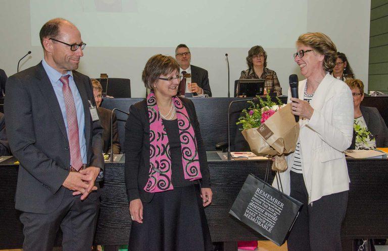 Sie freut sich über die Wahl zur Synodalrätin: Brigitte Glur-Schüpfer (rechts) mit Synodalratspräsidentin Renata Asal-Steger und Synodalverwalter Edi Wigger. | © 2017 Dominik Thali