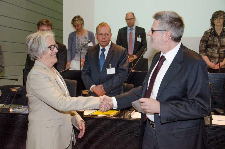 Synodepräsident Hans-Christoph Heim gratuliert dem neuen Synodemitglied Annette Meyer (Ebikon, Fraktion Habsburg) nach der Vereidigung. | © 2017 Dominik Thali