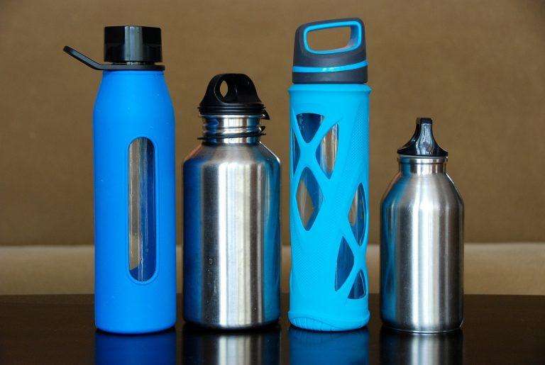 Um unterwegs den Durst zu löschen, gibt es mittlerweile praktische Flaschen, die keinen Abfall verursachen, weil sie nachgefüllt werden können. | Bild: pixabay.com  (CC0 Public Domain)