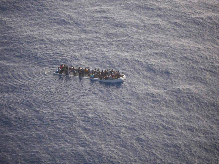 Ein Flüchtlingsboot, das sich bereits mit Wasser gefüllt hat. Das Team der «Piloteninitiaitive» hat es aus der Luft entdeckt, seine Position weitergeleitet und Rettung angefordert. | © 2017  Piloteninitiative/Sam Hochstrasser