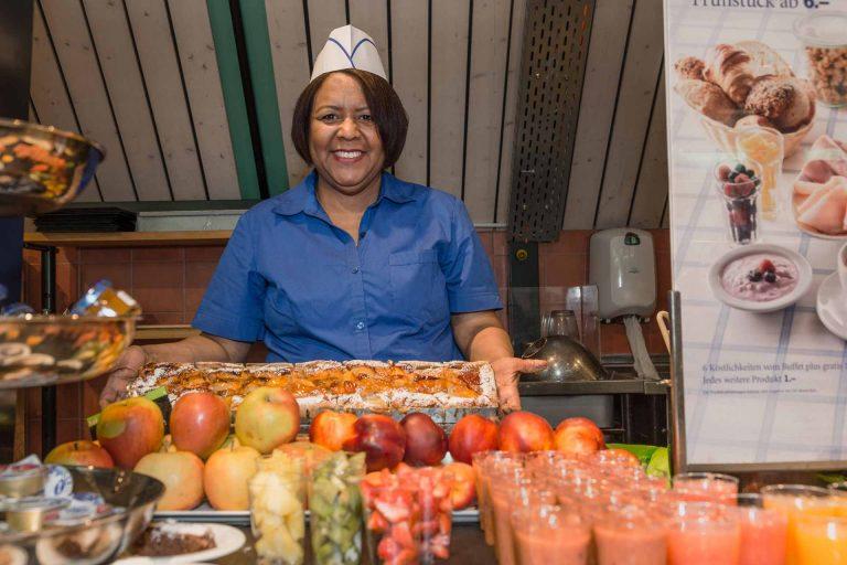 Fatima Pereira fasst über ein Praktikum im Manor-Restaurant in Luzern wieder Tritt in der Arbeitswelt. |  © 2017 Roberto Conciatori