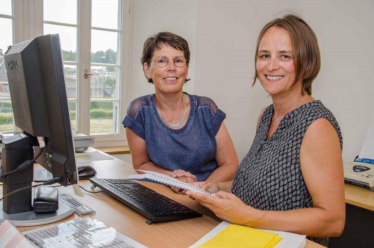 Sie helfen sich bei Fragen zu «KiKa-Web» aus: Rosmarie Meyer (links) und Nicole Studer im Pfarreisekretariat Eschenbach. | © 2017 Dominik Thali