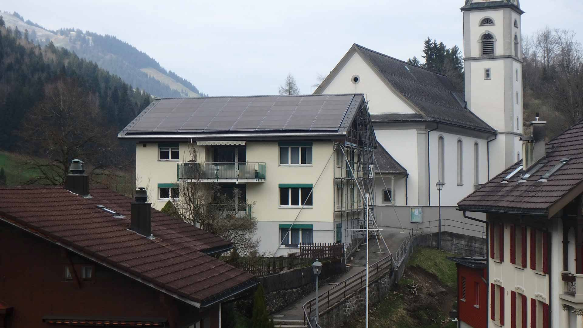 Das Pfarrhaus Flühli mit der neuen Solaranlage. | © 2017 zvg