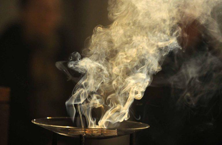 Weihrauch steigt nach oben, ein wohlriechender Duft: Der Geruchssinn ist Thema der «SchöpfungsZeit» 2017. | © 2017 kna-bild.de