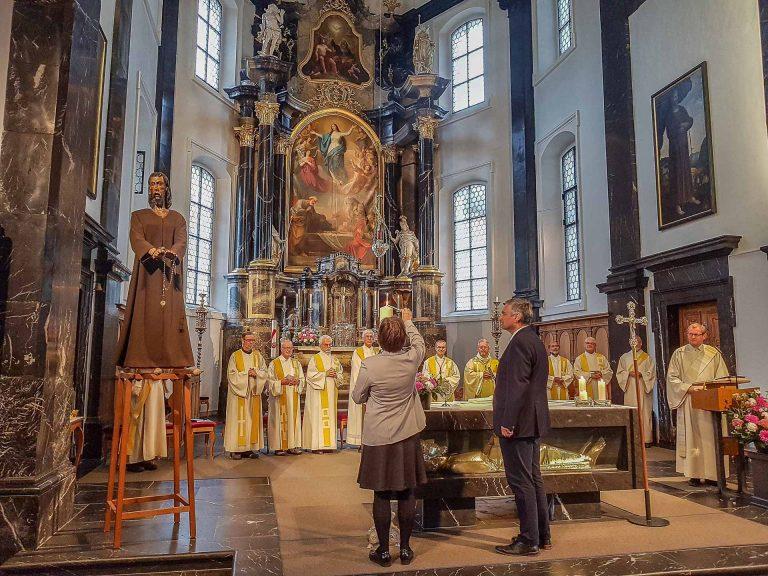 Synodalratspräsidentin Renata Asal-Steger entzündet in der Sachsler Pfarrkirche die Luzerner Standeskerze. | © 2017 Joseph Durrer