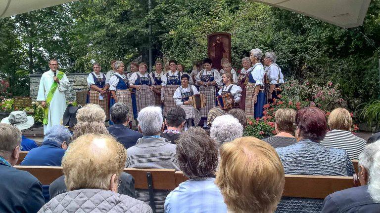 Im Bittgottesdienst, den der Trachtenchor Luthern unter der Leitung von Monika Huber umrahmte. | © 2017 Alois Hodel