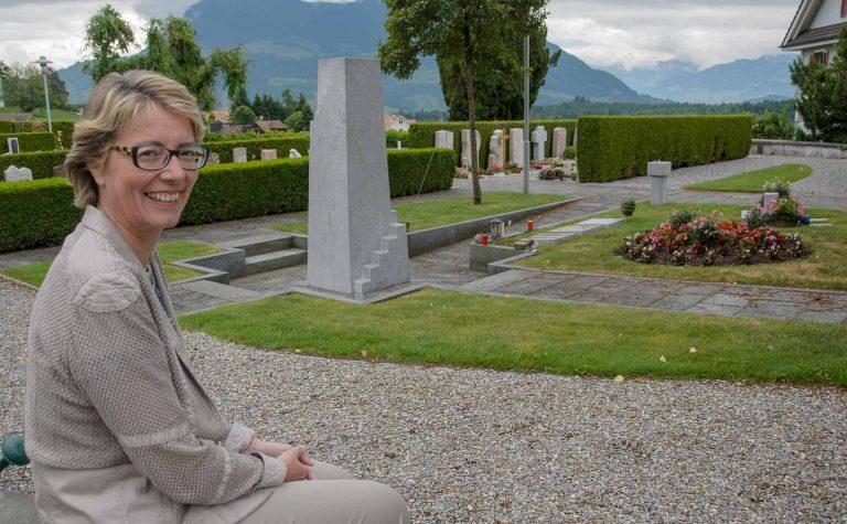 Die Weite dieses Platzes mag sie an ihrem Arbeitsort besonders: Brigitte Glur-Schüpfer am Rand des Friedhofs Udligenswil, gleich neben Kirche und Pfarrhaus. | © 2017 Dominik Thali
