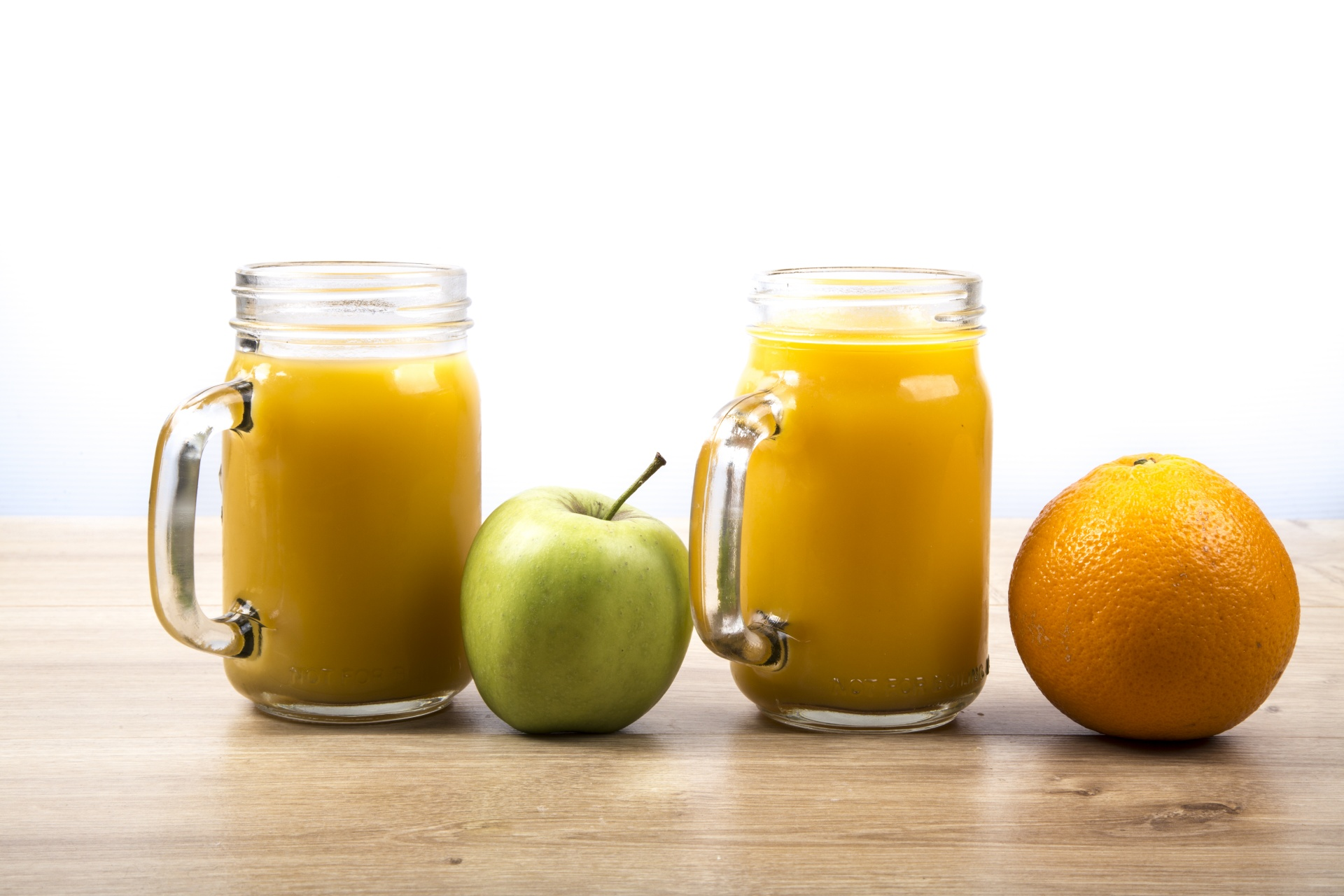 Beides schmeckt. Aber Apfelsaft  liegt uns buchstäblich näher als Orangensaft. | CC0 2017 publicdomainpictures.net/George Hodan