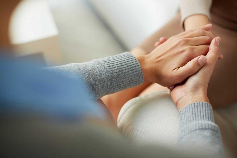 Seelsorge-Besuche im Spital: Datenschutz und Berufsgeheimnis regeln, wann Informationen an die Wohnort-Pfarrei weitergegeben werden. | © shutterstock.com
