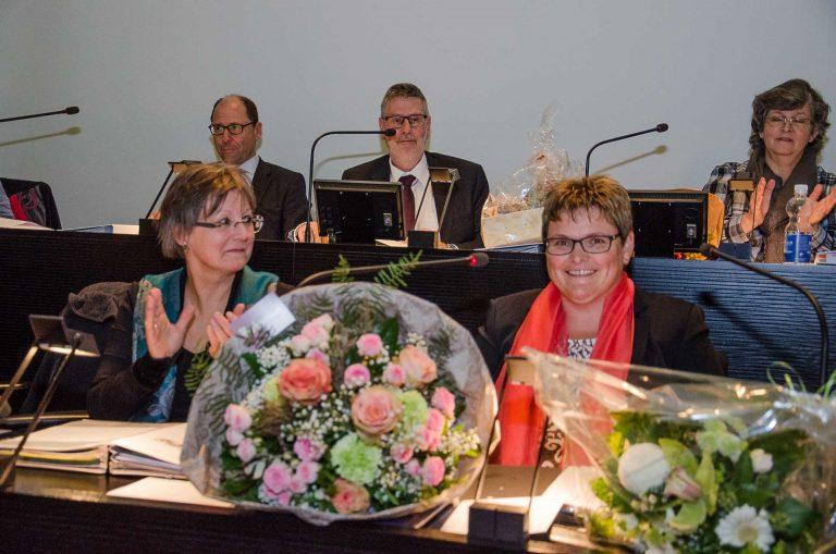 Applaus und viel Blumen für die neue Synodalratspräsidentin: Annegreth Bienz-Geisseler freut sich, links ihre Vorgängerin Renata Asal-Steger. | © 2017 Dominik Thali
