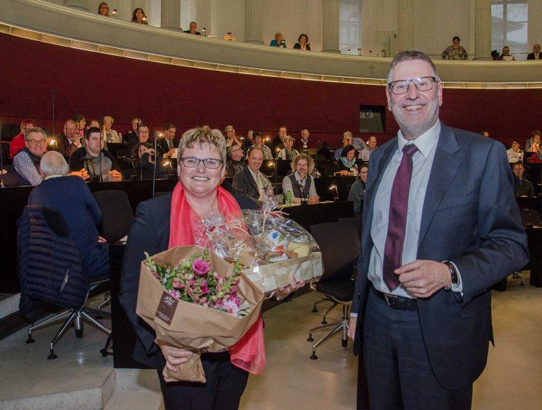 Synodepräsident Hans-Christoph Heim gratuliert der neugewählten Synodalratspräsidentin Annegreth Bienz-Geisseler. | © 2017 Dominik Thali
