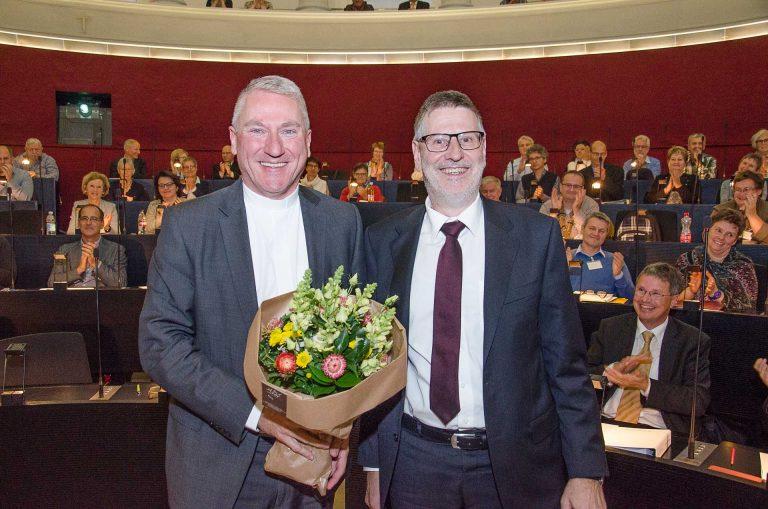Hans-Christoph Heim (Büron, rechts) wurde als Synodepräsident verabschiedet und verabschiedete seinerseits Bischofsvikar Ruedi Heim, der den Kanton Luzern im Februar verlässt.  | © 2017 Dominik Thali