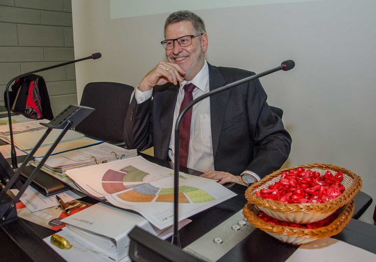 Er verschenkte an der letzten von ihm geleiteten Session Schoggiherzli: Synodepräsident Hans-Christoph Heim (Büron). | © 2017 Dominik Thali