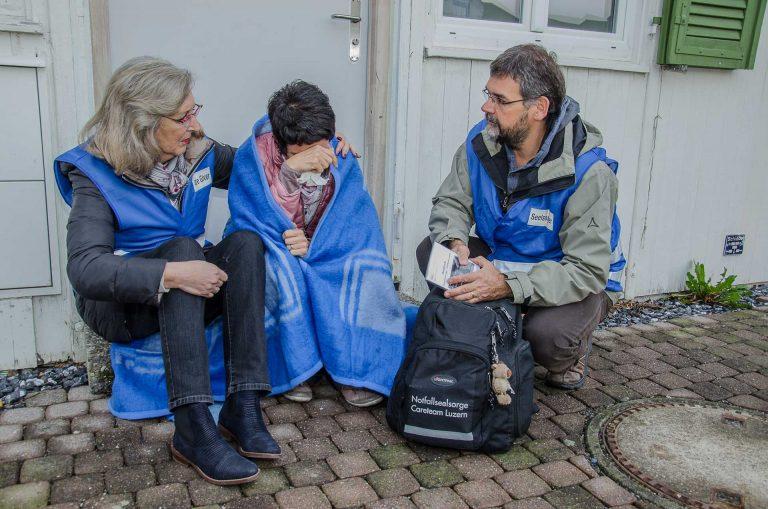Die ökumenische Notfallseelsorge ist da, wenn Menschen Schlimmes widerfährt (gestellte Aufnahme mit den Care Givers Brigitte Dubacher (links), Edith Planzer und Notfallseelsorger Christoph Beeler).  | © 2017 Dominik Thali