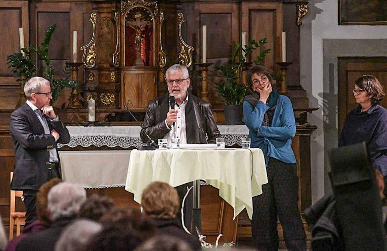 Gesprächsleiter Gregor Gander (links) mit Isidor Affentranger (am Mikrofon), rechts Margret Füchsle ud Christa Scheiwiller. | © 2017 Werner Mathis