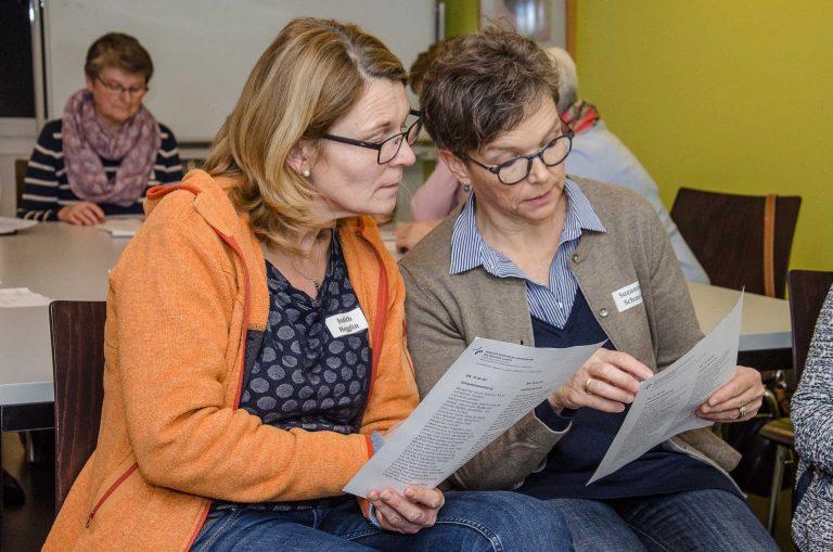 Im Atelier «Bibel in leichter Sprache», zwei Teilnehmerinnen setzen sich mit einem Text auseinander.  | © 2018 Dominik Thali