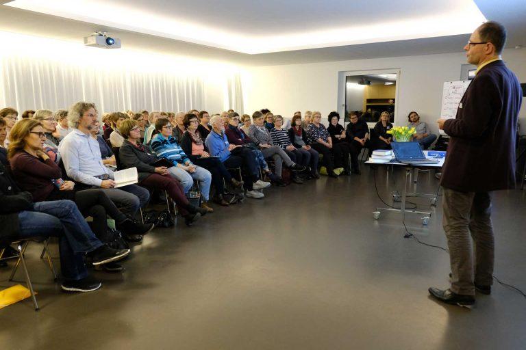 Der Theologe und Bibelwissenschaftler Detlef Hecking bei seinem Einführungsreferat. Der Saal war bis auf den letzten Platz besetzt. | © 2018 Gregor Gander