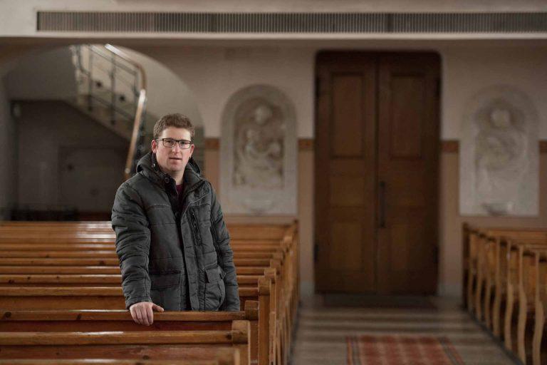 Benjamin Wigger in der Pfarrkirche Marbach. Der 34-Jährige ist Agroingenieur und Landwirt und seit 2010 Kirchmeier von Marbach.   © 2017 Martin Dominik Zemp, Entlebucher Anzeiger