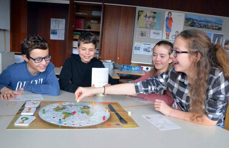 Mattia, Valentin, Laura und Yara von der Klasse 1a der Kantonsschule Luzern Alpenquai macht das Spiel «Blick über den Tellerrand» Spass. Und sie lernen viel über den Umgang mit unseren Lebensgrundlagen. | © 2018 Benno Bühlmann