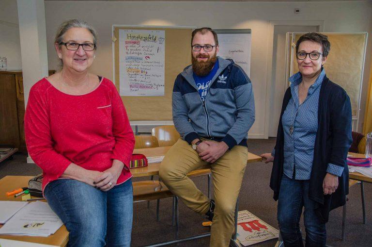 Für eine starke Jugendpastoral: Gabriela Merz (links), Fabrizio Misticoni und Sandra Dietschi, Kursleiterin im Modul «Berufsfeldgestaltung». | © 2018 Dominik Thali