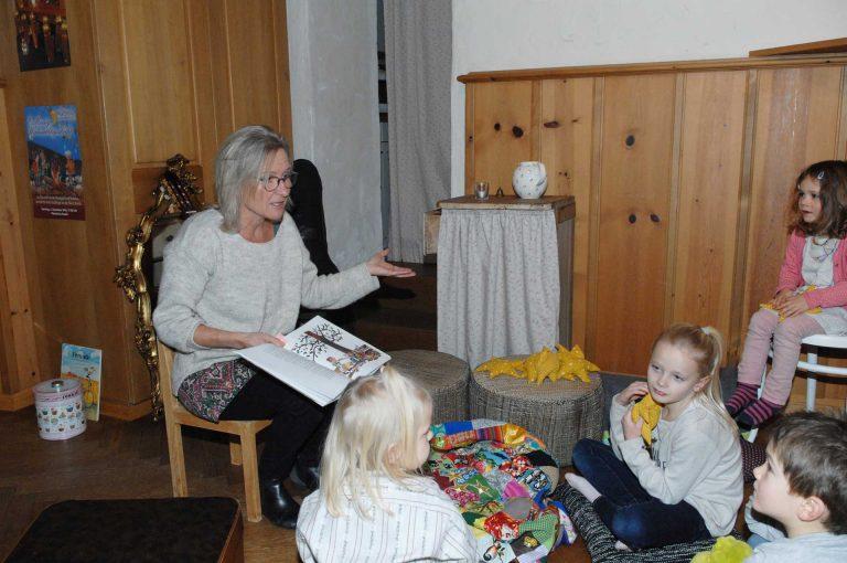 «Sich Zeit nehmen, auch für Geschichten»: die Katechetin Silvia Buob tut dies mit Leidenschaft - zum Beispiel in ihrer «Gschechtestobe» in der Unteren Kaplanei in Ruswil. | © Céline Erni, «Anzeiger vom Rottal»