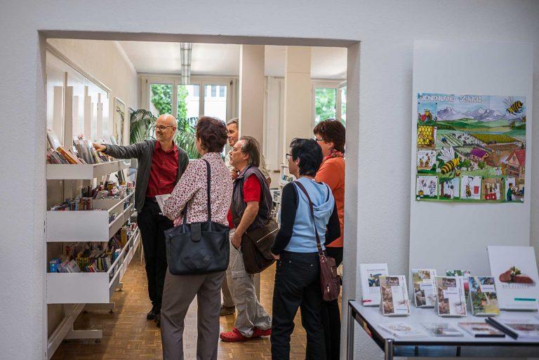 Urs Stadelmann, Leiter «Kirchliche Medien», bei der Einführung einer Gruppe Katechetinnen und Katecheten im Pädagogischen Medienzentrum Luzern. | © 2014 Roberto Conciatori