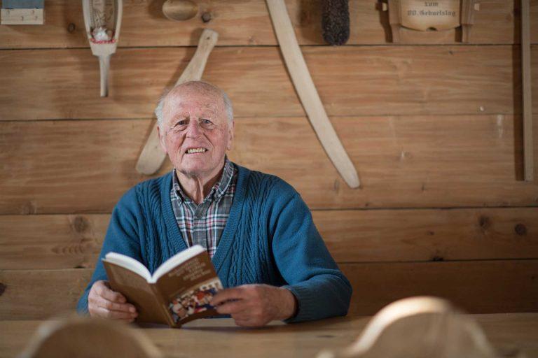 «Gesagt und bald getan»: Toni Schmid (88) in seinem Haus, einem alten Käsespeicher in Sörenberg. | © 2018 pd