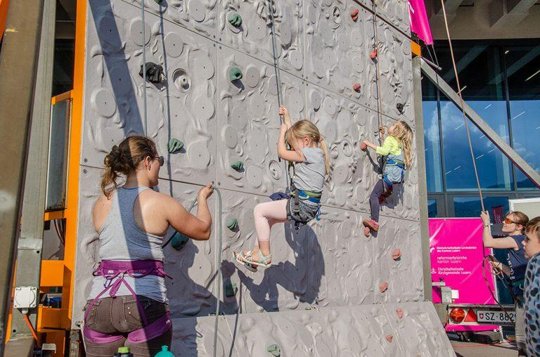 Klettern: Gut gesichert auch für Kinder kein Problem. | © 2018 Dominik Thali