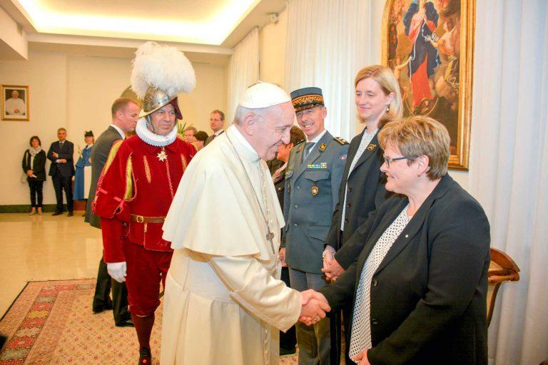 Hohe Ehre: Papst Franziskus begrüsst die Luzerner Synodalratspräsidentin Annegreth Bienz-Geisseler. | © 2018 Franco Mantovani