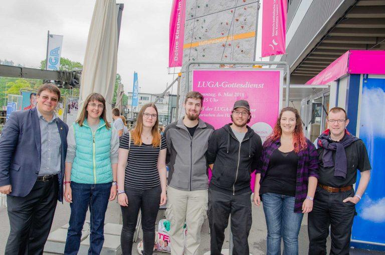Das Gottesdienst-Team mit Adrian Bolzern (links), Ivar Siffert und dem Ministranten-/Ministrantinnen-Team. |  © 2018 Dominik Thali