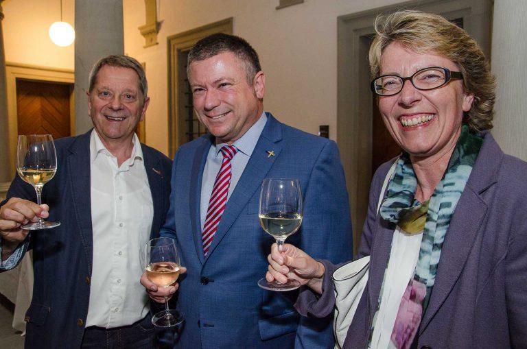 Beim Apéro zum Legislaturende (von links): Paul Berger (Zell), Bischofsvikar Hanspeter Wasmer und Synodalrätin Brigitte Glur (Meggen), | © 2018 Fleur Budry