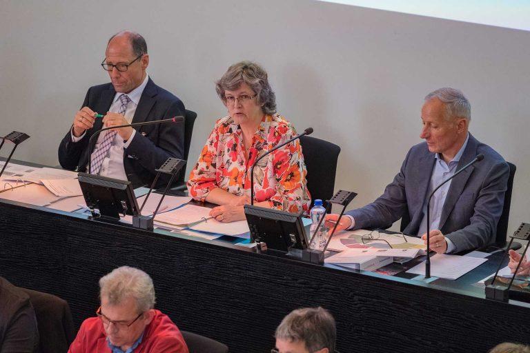 Die neue Synodepräsidentin Ursula Hüsler leitete ihre erste Session; unterstützt wird sie von Vizepräsident Martin Barmettler (Willisau, rechts) und Synodalverwalter Edi Wigger. | © 2018 Gregor Gander