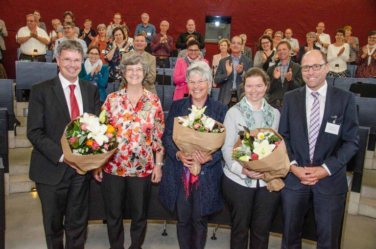 Stehender Applaus: Die drei abtretenden Synodalratsmitglieder Thomas Trüeb (Meggen, links), Maria Graf-Huber (Oberkirch, Mitte) und Ruth Mory-Wigger (Wauwil, zweite von rechts) werden von der Synode herzlich verabschiedet; flankiert von deren Präsidentin Ursula Hüsler (zweite von links) und Synodalverwalter Edi Wigger (rechts). | © 2018 Dominik Thali