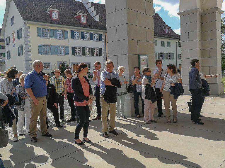 An der Generalversammlung der Kirchmeierinnen und Kirchmeier; vor dem Eingang zur Stiftskirche Beromünster. | © 2018 Franz Buholzer