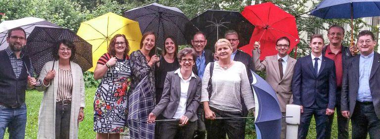 Das nasse Wetter trübte die Freude übers Diplom nicht: Die Absolventinnen und Absolventen (es fehlt Maria Antonia Flamm) mit Kursleiterin Elke Freitag (5. v.l.) und Studienleiter  Agnell Rickenmann (ganz rechts). | © 2018 pd