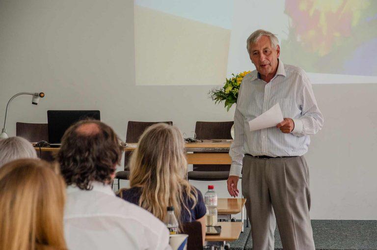 Kursleiter Andreas Schindler bei den Präsentationen der Abschlussarbeiten, sichtlich zufrieden mit den Resultaten der Absolvierenden. | © 2018 Fleur Budry