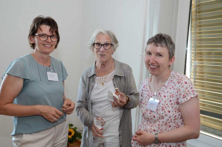 Beim Apéro (von links): die Synodalen Monika Käch (Adligenswil), Annette Meyer (Ebikon) und Gisela Wyss. | © 2018 Dominik Thali