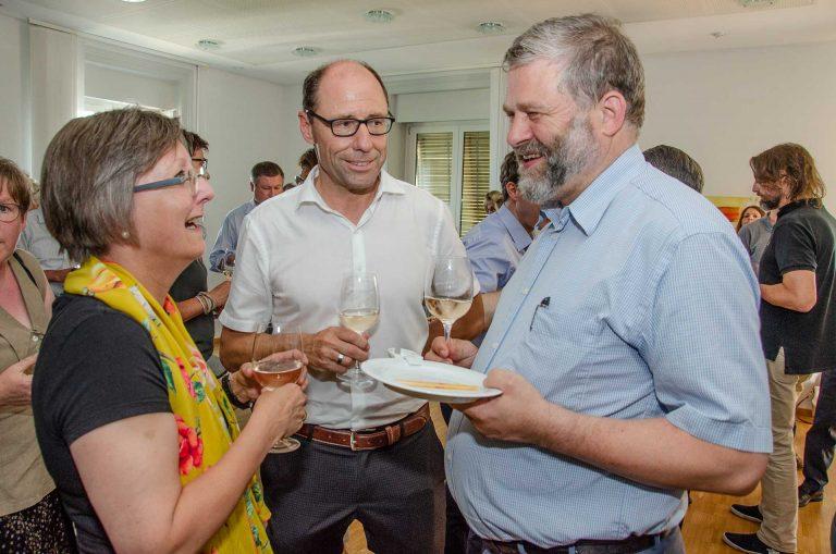 Beim Apéro (von links): Synodalrätin Renata Asal-Steger, Synodalverwalter Edi Wigger und der neue Synodale Michael Zeier-Rast (Luzern. | © 2018 Dominik Thali