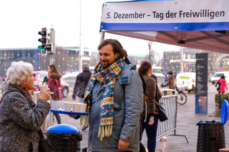 Am 5. Dezember, am UNO-Freiwilligentag, schenken Landeskirche und Seelsorgerat jeweils auf einem Platz in Luzern den Passantinnen und Passanten Punsch aus. | © 2017 Gregor Gander