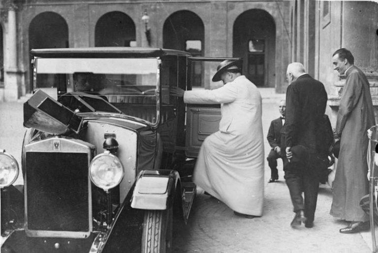 Mai 1931. Papst Pius XI. besteigt im Hof des Vatikans sein Reise-Auto zu einer Ausfahrt. Das Auto wurde ihm von der italienischen Regierung zum Geschenk gemacht. | Deutsches Bundesarchiv, Bild 102-11744 / CC-BY-SA 3.0